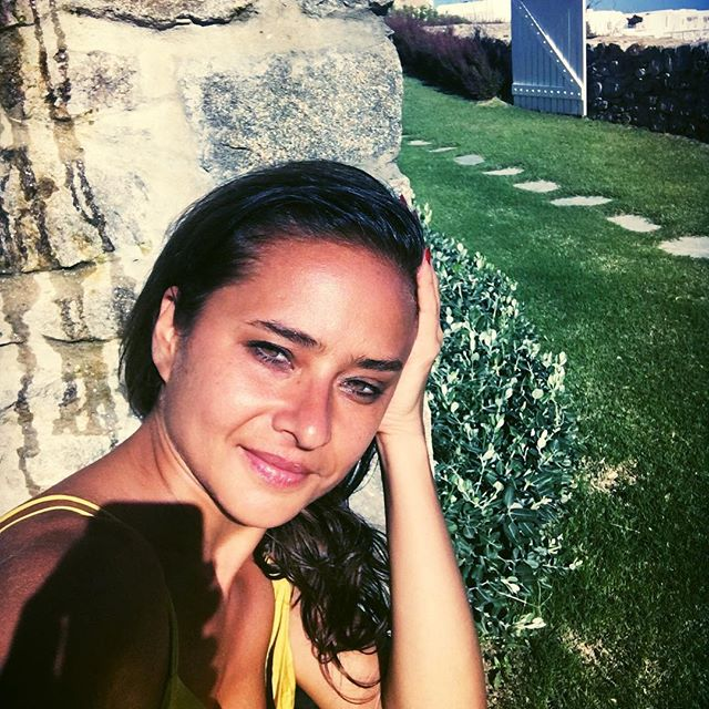 نيللي كريم تقضى أجازتها في اليونان